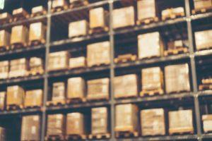 倉庫の中で積み上げられた荷物