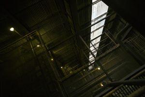 薄暗い倉庫